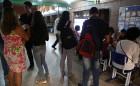 Estudantes em pé conversam e olham para os estandes preparados pela UFSb para recebê-los, no prédio da reitoria em Itabuna