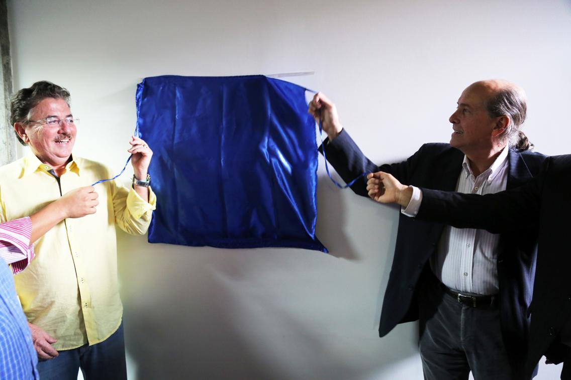 O reitor Naomar e o chefe de Planejamento e Projetos Especiais da Ceplac, Antonio Zugaib, seguram os cordões do pano que cobria a placa de inauguração do Centro de formação em ciências e tecnologias agroflorestais
