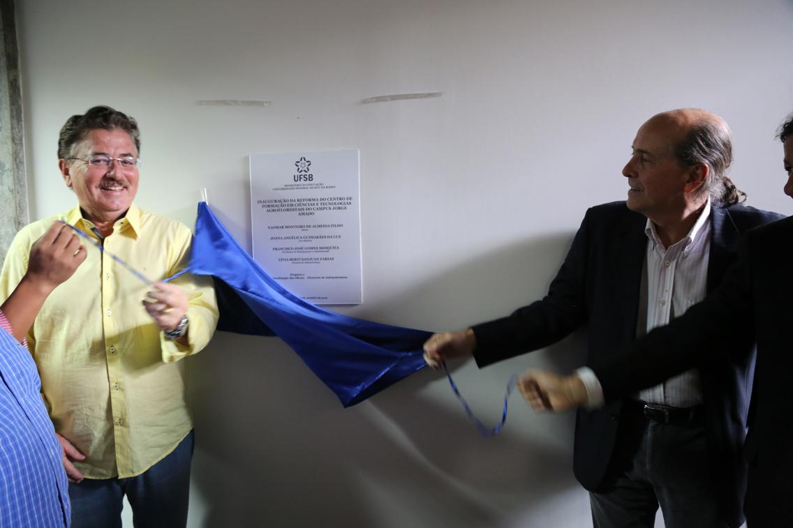 O reitor Naomar e o chefe de Planejamento e Projetos Especiais da Ceplac, Antonio Zugaib, puxam os cordões do pano que cobria a placa de inauguração do Centro de formação em ciências e tecnologias agroflorestais
