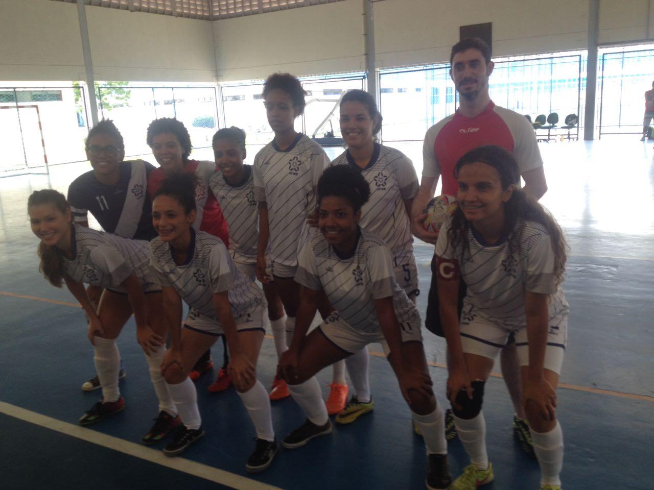 as jogadoras de futsal feminino posam para a foto.