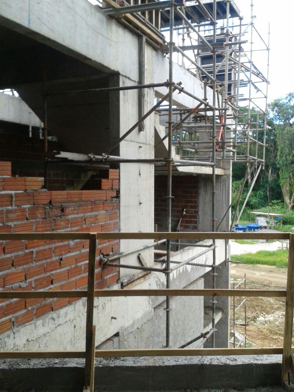 vista do espaço das escadas, que recebeu paredes de tijolos junto à estrutura de concreto